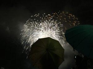 傘を差していて花火が見えない